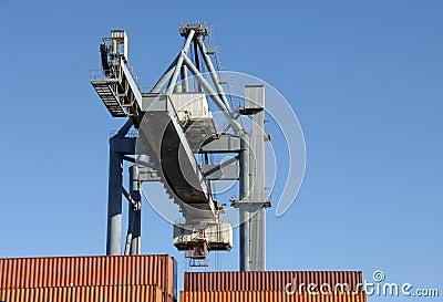 Grote kraan bewegende containers bij de haven
