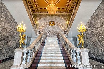 Grote marmeren trap stock foto afbeelding 69377904 - Decoratie gang ingang ...