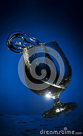 Grote plons van vloeistof in een glas