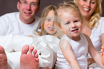 Group picture of a young family in Bed