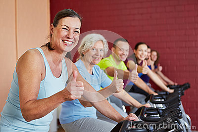 Group in spinning class holding