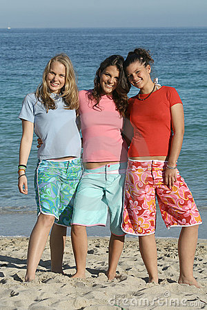 Free Group Teenagers Beach T Shirts Royalty Free Stock Image - 615046
