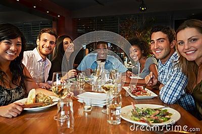 Groupe d 39 amis appr ciant le repas dans le restaurant image for Repas amis rapide