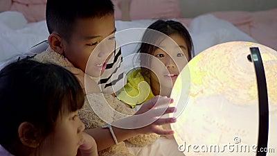 Groupe d'enfants apprenant la géographie dans la chambre à coucher clips vidéos