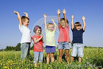Groupe multi-ethnique d enfants à l extérieur