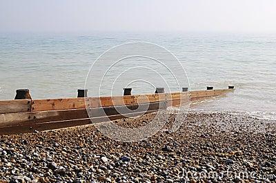 Groyne en la playa de la ripia. Reino Unido