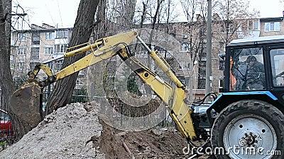 Gru a benna gialla dell'escavatore la terra, archivi video