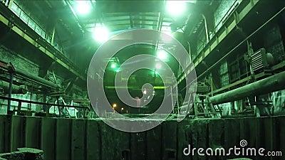 Gru di gru a benna di lavori Gru che prende fango dall'acqua archivi video