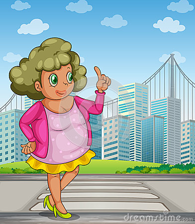 Gruba dziewczyna przy ulicą przez wysokich budynki
