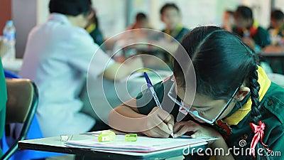 Grundlegende Studenten sind Testlektion stock video