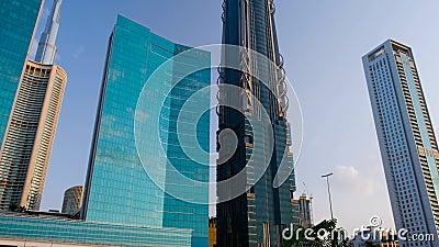 Grundzugverschiebung auf letzten Wolkenkratzern der Überführung in Dubai stock video