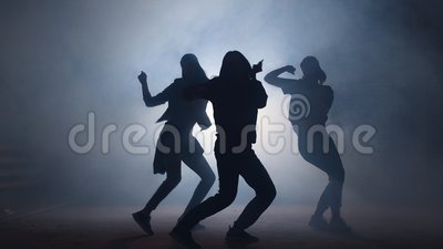 Grupa młodzi żeńscy tancerze na ulicie przy nocą zbiory wideo