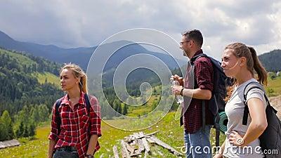 Grupa turyści zatrzymujący pić wodę zdjęcie wideo