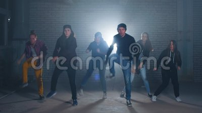 Grupa uliczni tancerze wykonuje różnych ruchy na ciemnej ulicie zbiory wideo