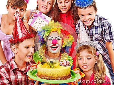 Grupo da festa de anos de criança com bolo.