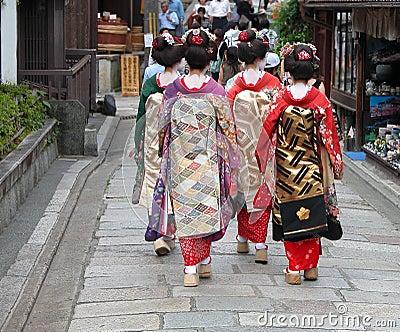 Grupo da gueixa em uma rua de Kyoto