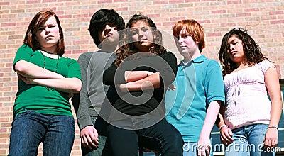 Grupo de adolescentes infelizes