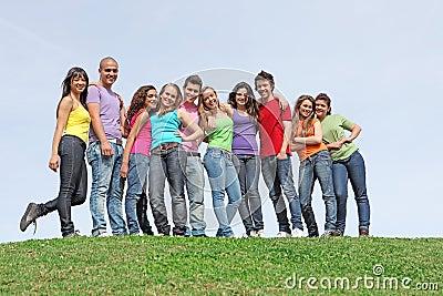 Grupo de adolescentes no acampamento de Verão