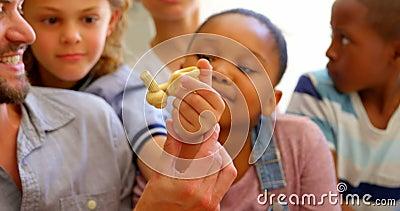 Grupo de alumnos que estudian la anatom?a en sala de clase con el profesor en el escritorio 4k metrajes