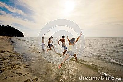 Grupo de amigos que saltan en el mar