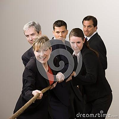Grupo de cuerda de tracción de los compañeros de trabajo en esfuerzo supremo