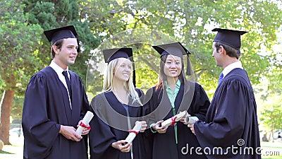 Grupo de estudiantes que asisten a ceremonia de graduación almacen de metraje de vídeo
