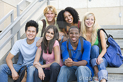 Grupo de estudiantes universitarios que se sientan en pasos de progresión