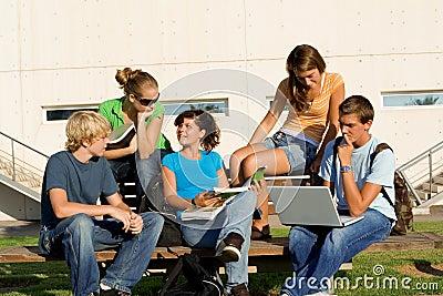 Grupo de estudo com portátil
