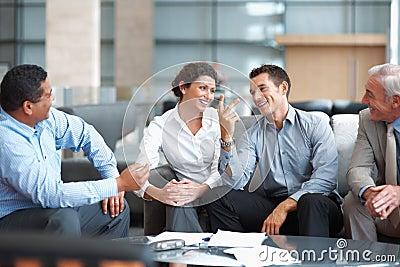 Grupo de hombres de negocios que tienen charla