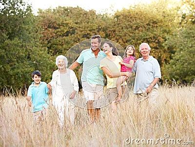 Grupo de la familia extensa en parque