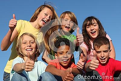 Grupo de miúdos felizes confiáveis