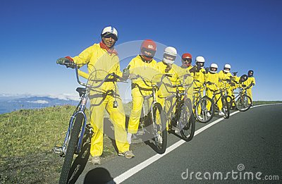 Grupo de montar de los bicyclists Foto de archivo editorial