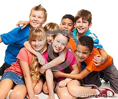 Grupo de niños sonrientes felices
