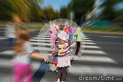 Grupo de niños que cruzan la calle