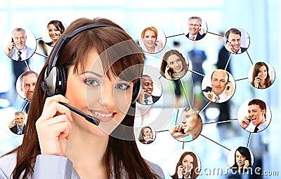 Grupo de personas que habla en el teléfono