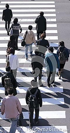 Grupo de pessoas que cruza a rua
