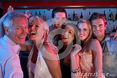 Grupo de pessoas que tem o divertimento na barra ocupada
