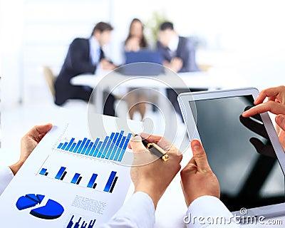 Grupo de trabalho do negócio que analisa dados financeiros