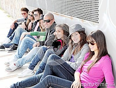 Grupo diverso de estudantes dos adolescentes