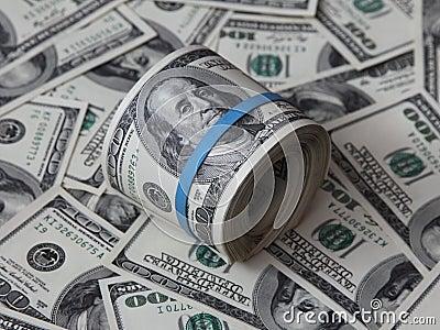 Grupo dobrado de notas de dólar do americano cem