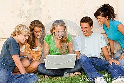 Grupo feliz com portátil