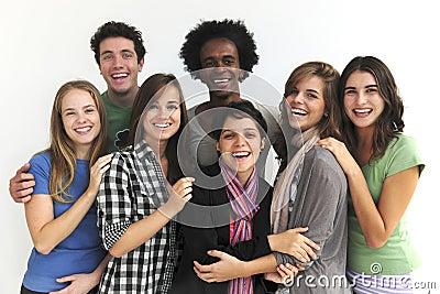 Grupo feliz de estudantes novos