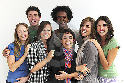 Grupo feliz de estudiantes jovenes