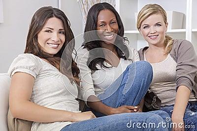 Grupo inter-racial de amigos bonitos das mulheres