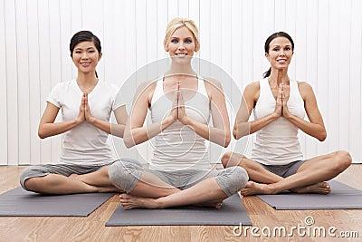Grupo interracial de la yoga de mujeres hermosas