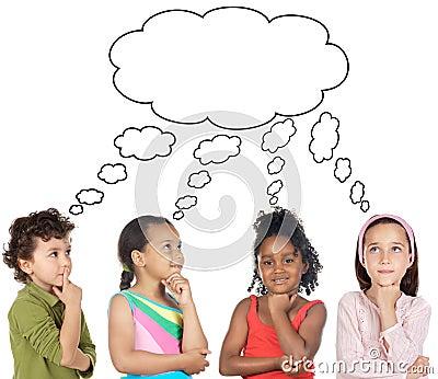 Grupo multi-étnico de pensamento das crianças