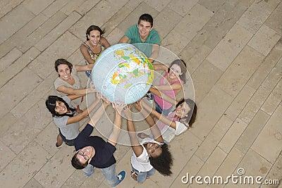 Grupo que prende o globo da terra que mostra África