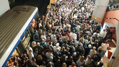 Grupos armados de pessoas se aglomeram para entrar e sair do trem subterrâneo na estação de metrô Victoria Square Piata Victoriei video estoque