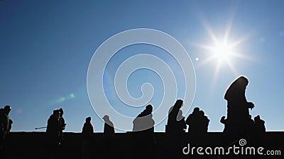 Grupp av mellanstadiumstudenter som kör mot himmelbakgrund, solig dag Europa lager videofilmer