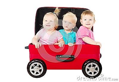 Grupp av ungar som kör i resväskabil